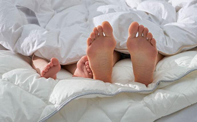 voeten in bed bij Auping met liefde blog bij Jansen Totaal Wonen